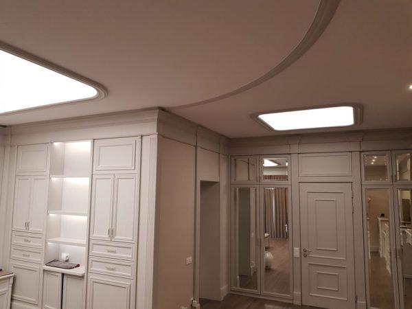 Натяжной световой потолок в Борзых в гостиной