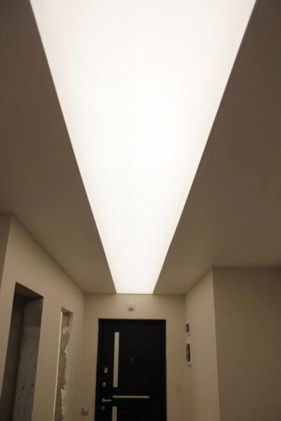 Натяжной потолок со световыми линиями на ул. Астрахова в санузле
