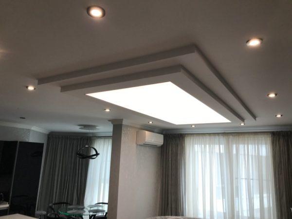 Натяжной световой потолок на ул. Ландау в гостинной