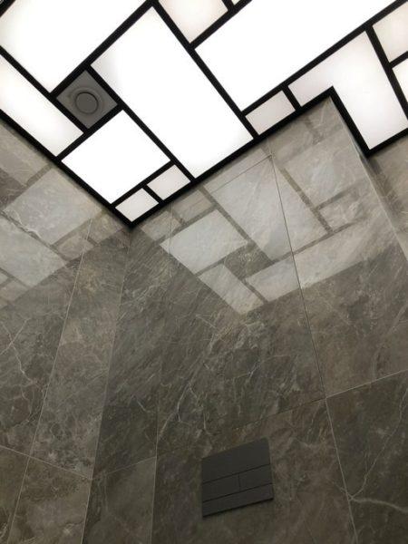 Натяжной световой потолок на Рублевском шоссе в санузле