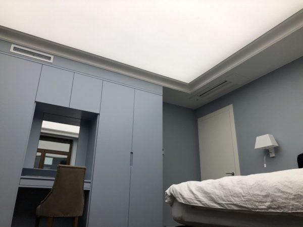 Натяжной световой потолок в квартире с диммированием
