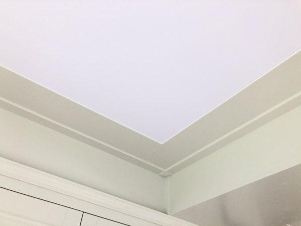 Натяжной световой потолок в п. Валуево в гостинной